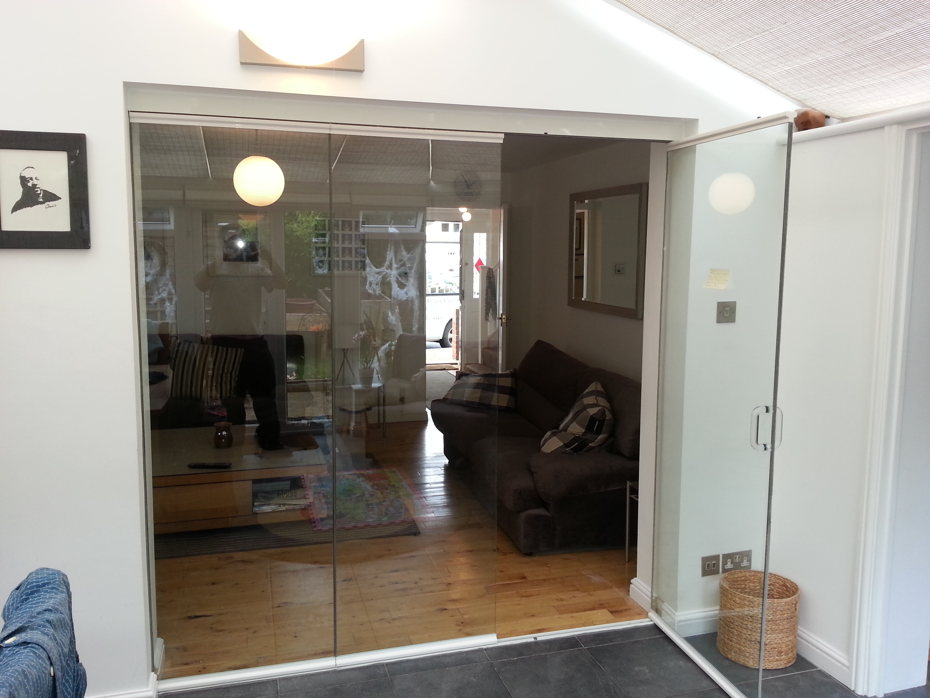 Frameless glass room dividers fgc for Glass folding walls